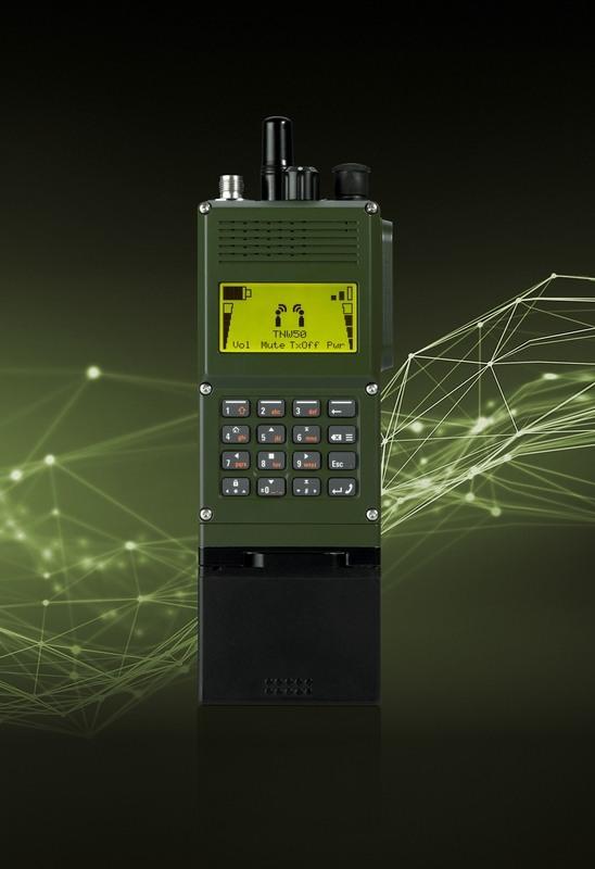 Nové lehké ruční softwarově definované rádio (SDR) systému SOVERON s možností propojení a vícepásmového spojení ve frekvenčním pásmu UHF/VHF. (Fotografie: Rohde & Schwarz)